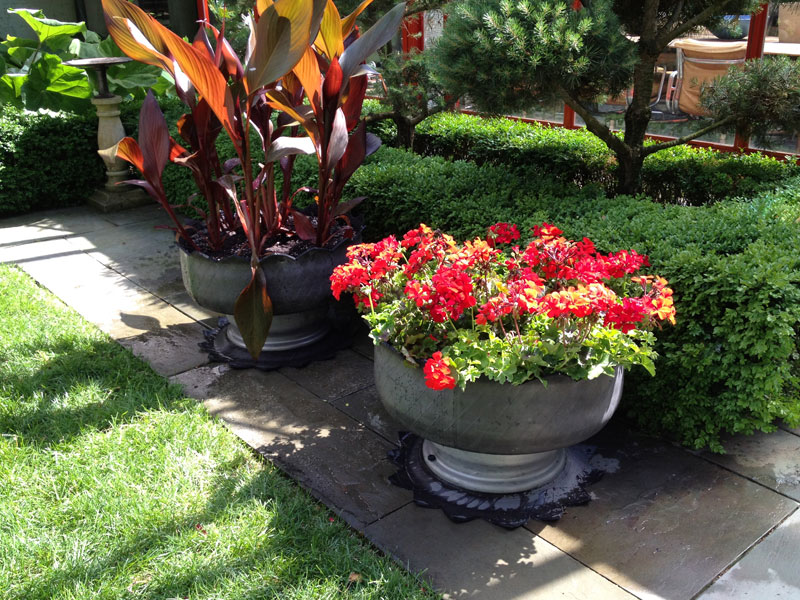 Tyres can be adapted to support various plants. It is a versatile planter that comes in all kinds of colors. The choice of colors makes it a wonderful addition and art piece to a garden.